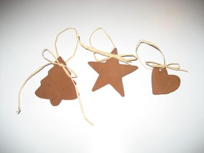 Easy ornaments for your Christmas tree tied with raffie bows